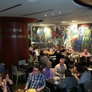 Em Berlim, restaurante atrai turistas com resgate da 'gastronomia soviética' (Foto: ${mod.chamada.imagem.credito})