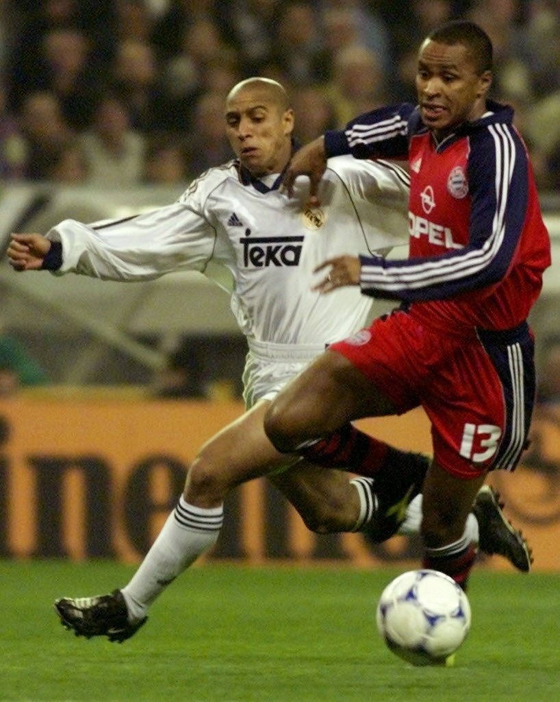 Roberto Carlos (esquerda) e Paulo Sérgio disputam bola em confronto Real x Bayern