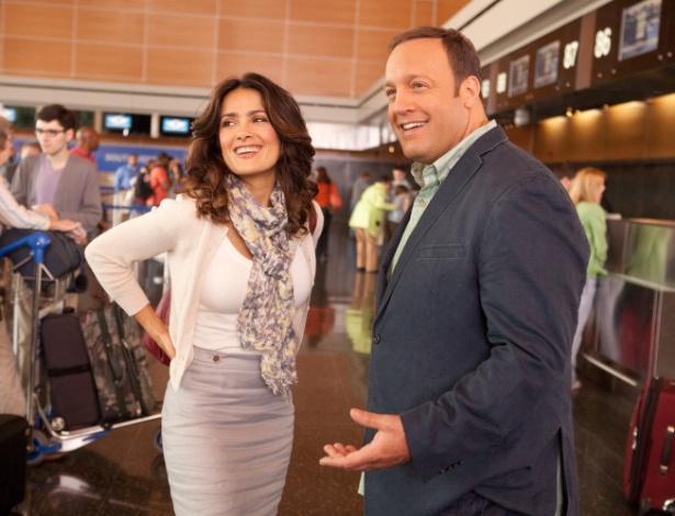 """Salma Hayek e Kevin James em cena de """"Here Comes The Boom"""""""