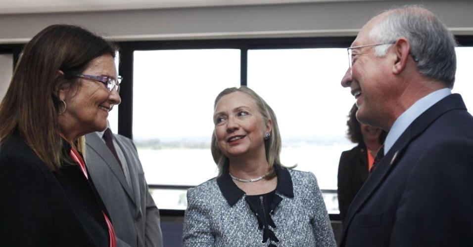 Secretária de Estado dos EUA, Hillary Clinton (centro), apresenta a presidente da Petrobras, Maria das Graças Foster (esquerda) ao secretério do Interior americano, Ken Salazar, durante visita de Hillary a Brasília