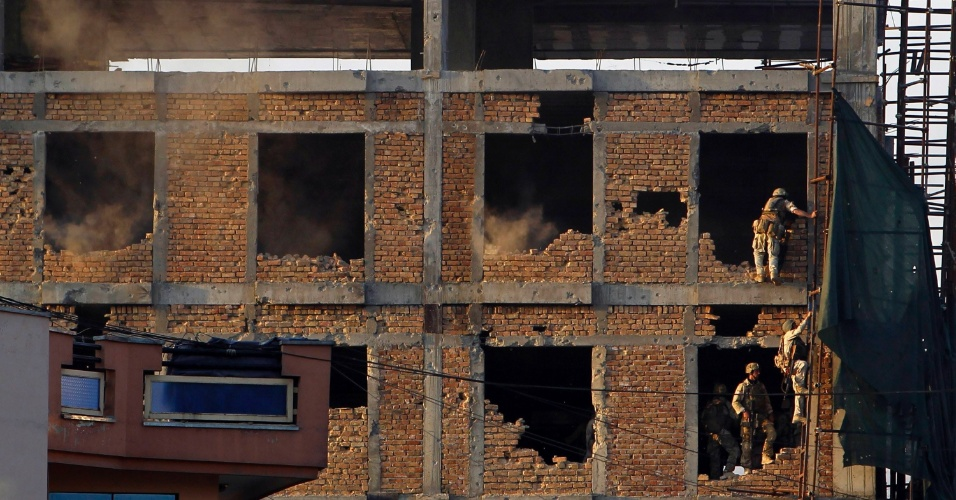 Soldados afegãos entram em edifício em construção onde houve explosão durante confronto entre forças de segurança e insurgentes talebans em Cabul, no Afeganistão