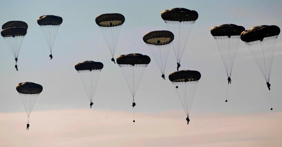 Soldados da Brigada Aérea de Assalto durante exercício conjunto Guerreiro saltam de para-quedas sobre os campos próximos a Stranraer