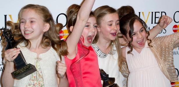 """Sophia Kiely, Eleanor Worthington Cox, Kerry Ingram e Cleo Demetriou comemoram prêmio de melhor atriz por musical """"Matilda"""" (15/4/12) - AP"""