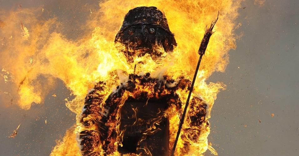 """Suíços queimam um boneco de neve conhecido como """"Boeoegg"""" em Zurique"""