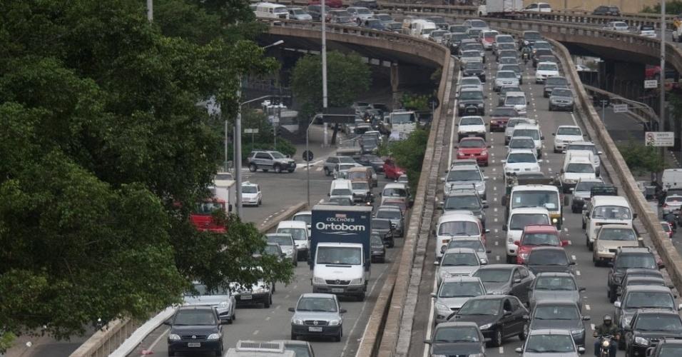 Trânsito congestionado na avenida Radial Leste-Oeste, próximo ao bairro da Liberdade, em São Paulo. Às 9h30, a CET registrou 125 km de congestionamento, a maior lentidão do ano no período da manha na capital paulista