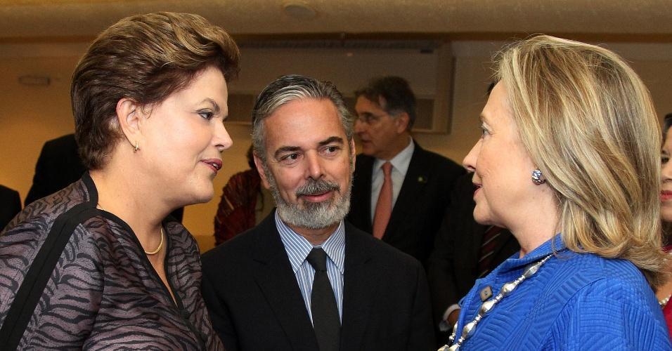 A presidente Dilma Rousseff, acompanhada do ministro das Relações Exteriores, Antonio Patriota, conversa com a secretária norte-americana de Estado, Hillary Clinton em Brasília