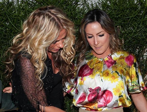 Adriane Galisteu toca na barriga de grávida da cantora Claudia Leitte durante evento em São Paulo (16/4/12)