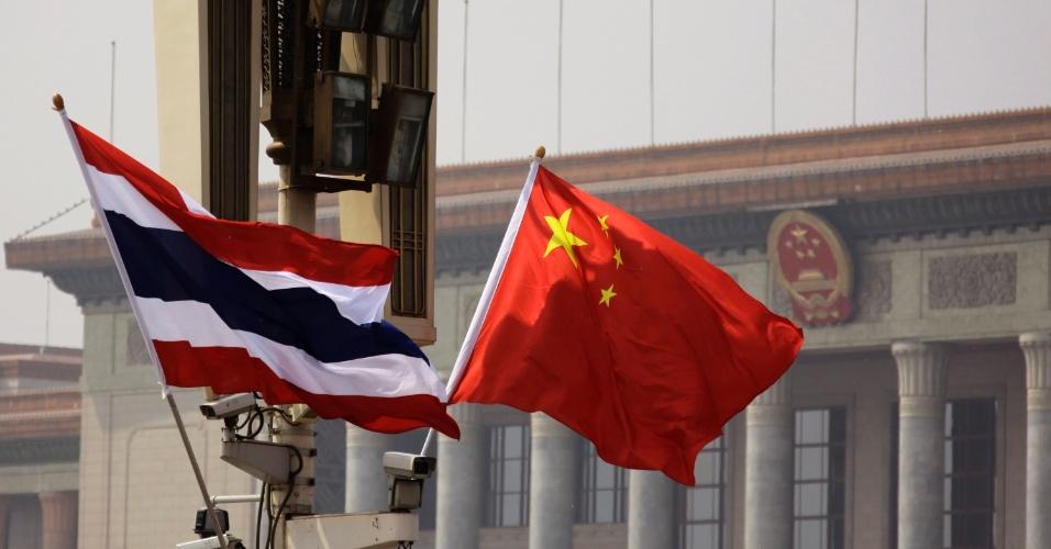 Bandeiras tailandesa e chinesa são agitadas pelo vento em frente ao Grande Salão do Povo em Pequim, na China