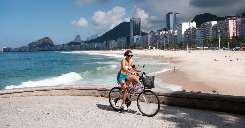 Carioca aproveita para pedalar em dia ensolarado em Copacabana, zona sul zona sul da cidade do Rio de Janeiro