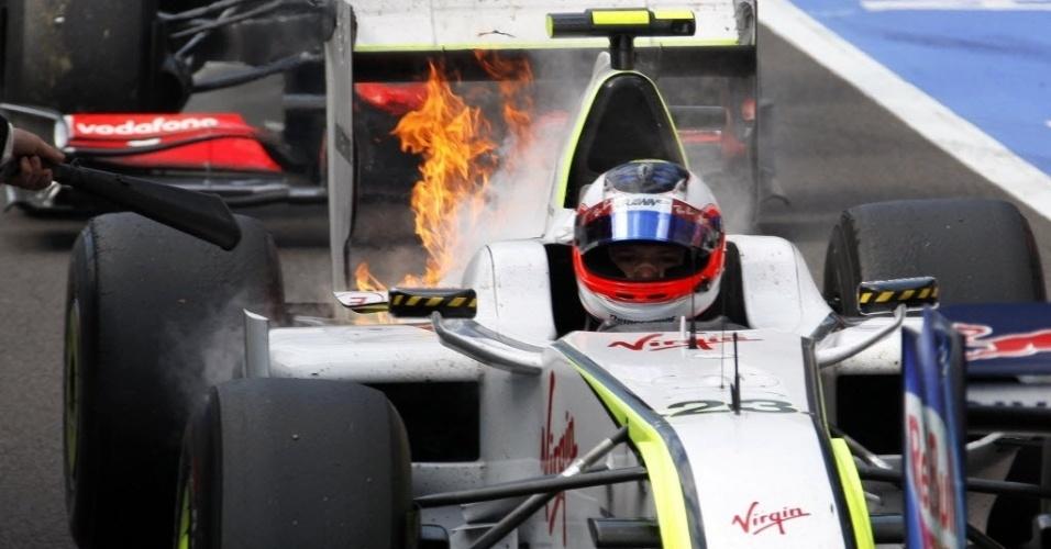 Carro de Rubens Barrichello pega fogo no final do GP da Bélgica de 2009; na largada, brasileiro ficou em ponto morto e caiu para as últimas colocações, mas ainda conseguiu chegar em sétimo após sair em quarto no grid