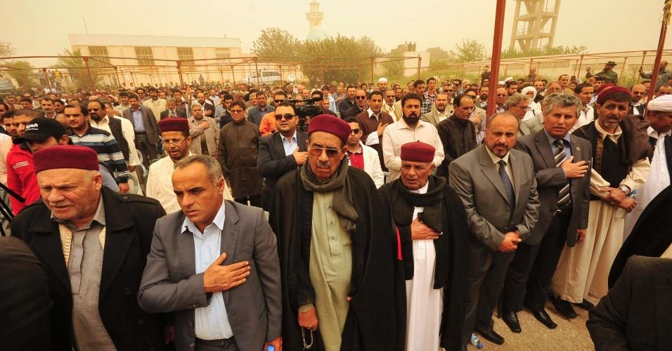 Centenas de pessoas participam do Congresso do Povo da Cirenaica, em Beida, a cerca de 200 quilômetros de Benghazi