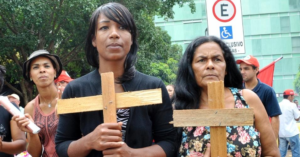 Com cruzes de madeira, integrantes do Movimento dos Trabalhadores Sem Terra (MST) participam de ato durante ocupação da sede do Ministério do Desenvolvimento Agrário (MDA). O grupo deixou o local após quase 24 horas