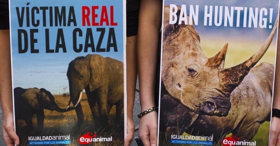 Defensores dos direitos dos animais exibem cartazes contra a caça de animais, do lado de fora do hospital onde o rei da Espanha, Juan Carlos, está hospitalizado, em Mardi. O dirigente sofreu uma queda durante uma caçada de elefantes em Botsuana, país africano