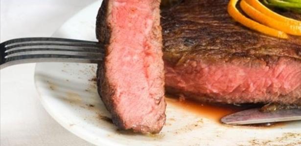 A ingestão diária de carne bovina ou suína, independentemente do tamanho da porção, aumentou em até 35% o risco de desenvolver câncer de intestino grosso - Divulgação