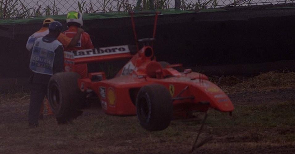 Depois de largar com carro reserva, Barrichello não durou muito no GP do Brasil de 2001: logo na terceira volta, bateu em Ralf Schumacher e abandonou