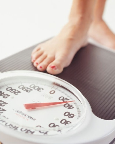 Dietas populares - mulher na balança
