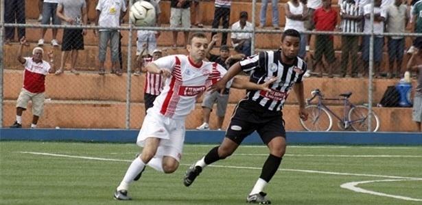 Dispuita de bola entre jogadores do Sete de Setembro (branco) e Botafogo (preto e branco)