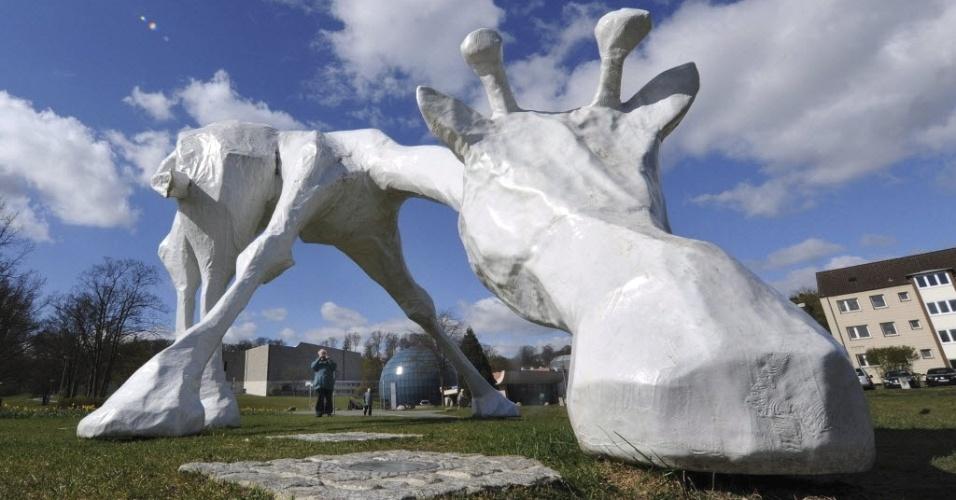 Escultura em forma de girafa, criação da artista alemã Sina Heffner, é exposta em frente ao planetário de Wolfsburg, na Alemanha