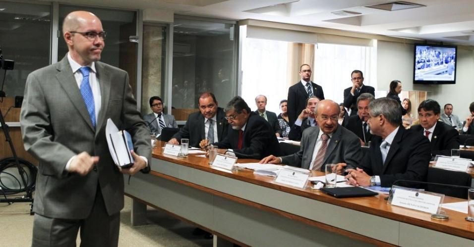 Escutas da PF reproduzidas em reportagens de diversos veículos da imprensa mostram que o senador Demóstenes Torres (ex-DEM-GO), à esquerda, é suspeito de receber presentes e favores do contraventor Carlinhos Cachoeira