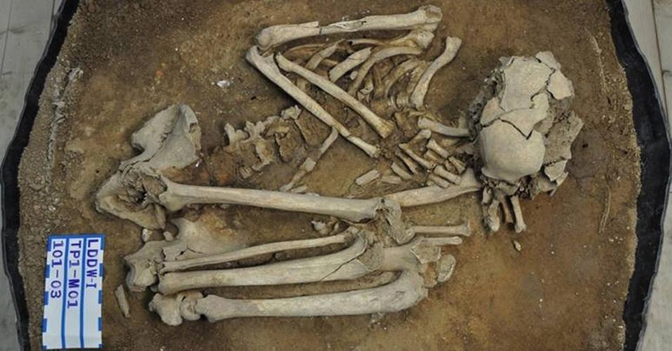 Esqueleto completo de um homem mais velho pertencente à Idade da Pedra