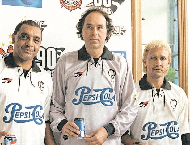 Ex-jogadores Basílio, Solito e Biro-Biro (a partir da esq.) exibem camisas do Corinthians comemorativas aos 90 anos do clube (06/09/00)