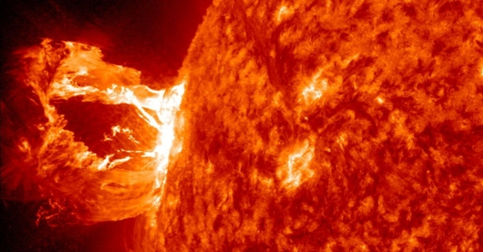 Imagem da Nasa  mostra  erupção solar que ocorreu no lado esquerdo do Sol