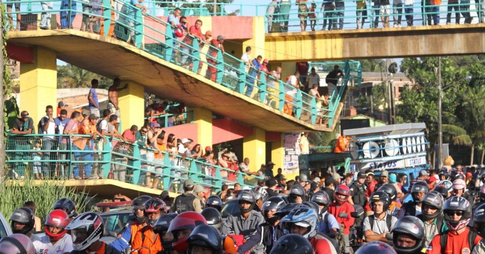 Integrantes do MST interditam a rodovia PE-60 no Cabo de Santo Agostinho/Ipojuca, em Pernambuco, como parte do Abril Vermelho, uma luta pela reforma agrária e pela punição dos responsáveis pela morte de 21 sem-terra pela polícia em Eldorado dos Carajás, no Pará, em 17 de abril de 1996