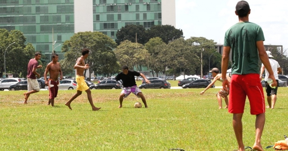 Integrantes do MST jogam bola na Esplanada dos Ministérios durante reunião dos lideres do movimento de todo pais com o ministro do Desenvolvimento Agrário, Pepe Vargas, na sede do ministério em Brasília