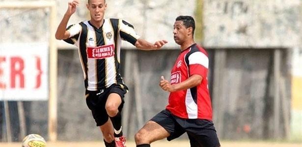 Jogador do Jaguaré Unido tenta parar atacante do Largo 13