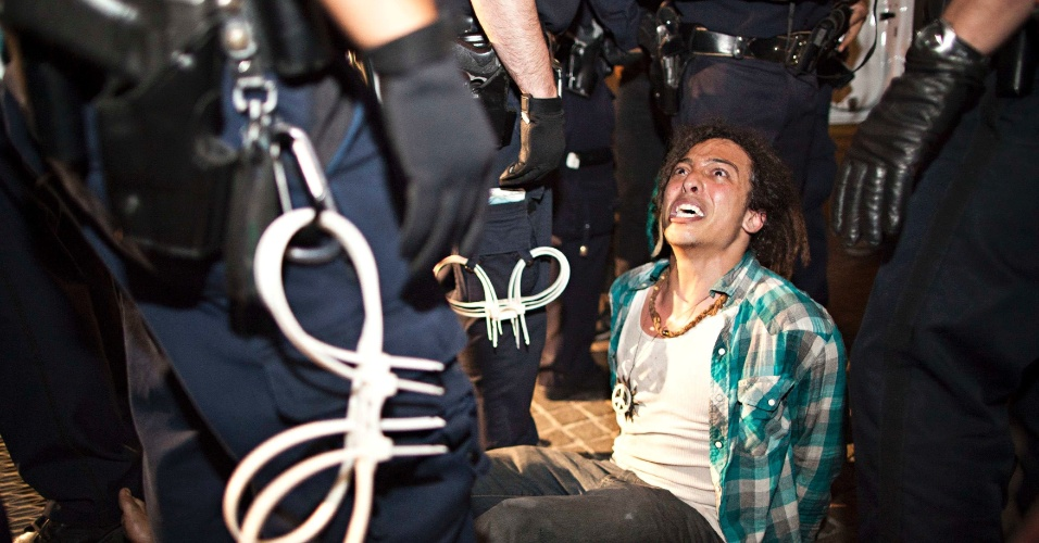 Manifestante do Ocupe Wall Street é detido em protesto em frente ao Federal Hall, em Nova York, nos Estados Unidos