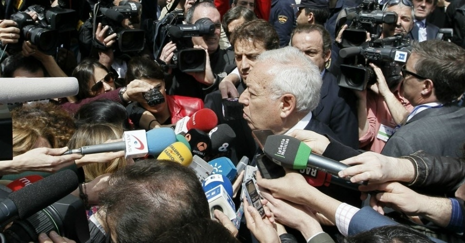 """Ministro de Assuntos Exteriores da Espanha, José Manuel García-Margallo (centro), fala a jornalistas nesta terça-feira (17) sobre a nacionalização da petrolífera espanhola YPF pelo governo da Argentina. Para o ministro, a presidente daquele país, Cristina Kirchner, deu um """"tiro no pé"""" com a medida, ao quebrar tanto a confiança da Espanha quanto a da comunidade internacional a respeito do país"""
