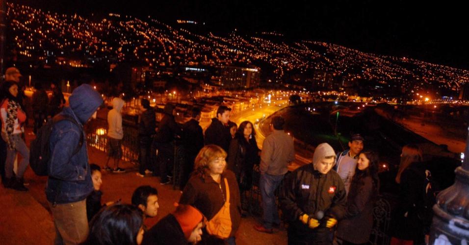 Moradores de Valparaíso, no Chile, reuniram-se em zona alta da cidade na madrugada durante evacuação preventiva após o terremoto de 6,4 graus na escala Richter que abalou a região