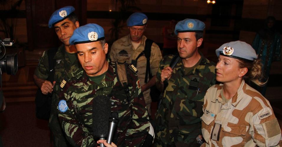 O coronel marroquino Ahmed Himmiche (à esq.), chefe da primeira equipe de monitores da ONU (Organização das Nações Unidas) na Síria, concede entrevista em Damasco após visitar a cidade de Deraa