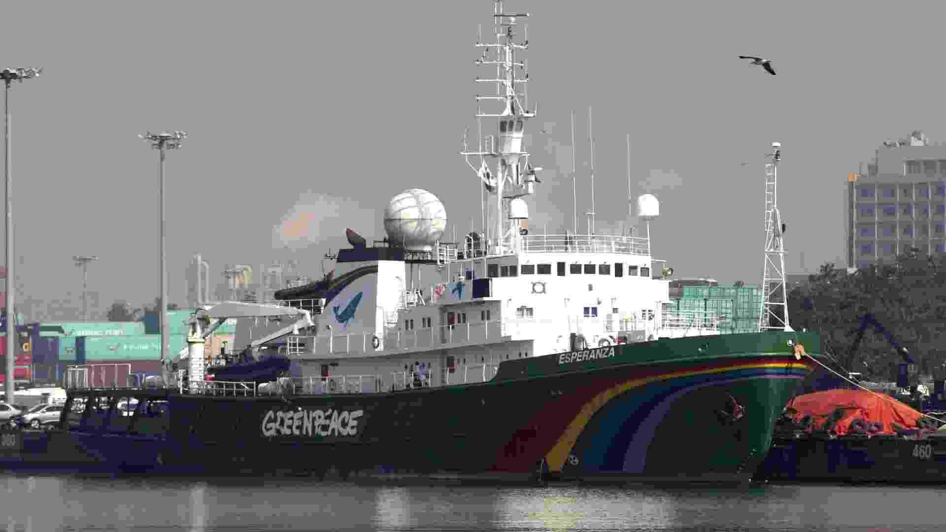O maior barco do Greenpeace, Esperanza, permanece ancorado no porto da cidade de Incheon, na Coreia do Sul - EFE
