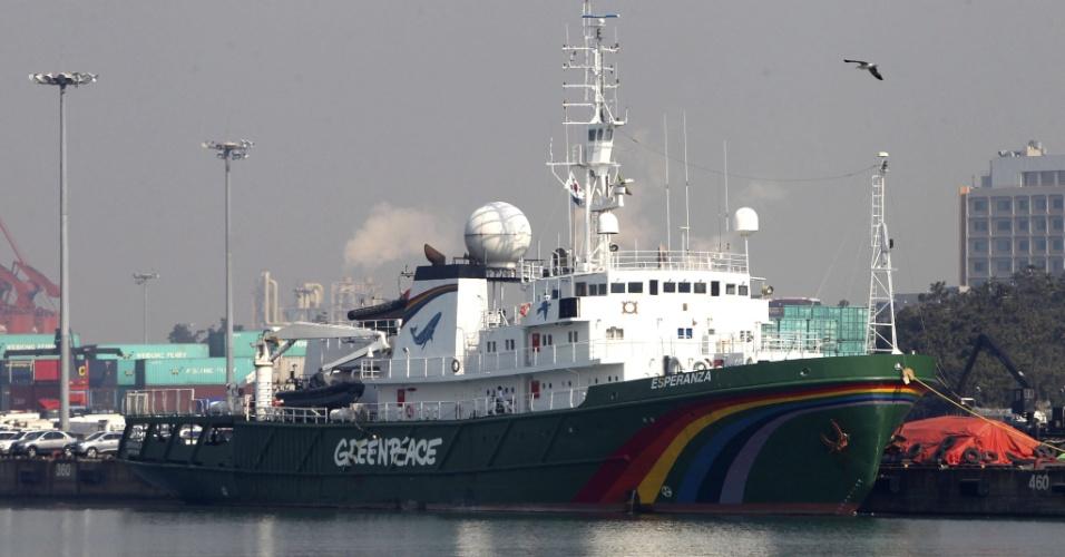 O maior barco do Greenpeace, Esperanza, permanece ancorado no porto da cidade de Incheon, na Coreia do Sul