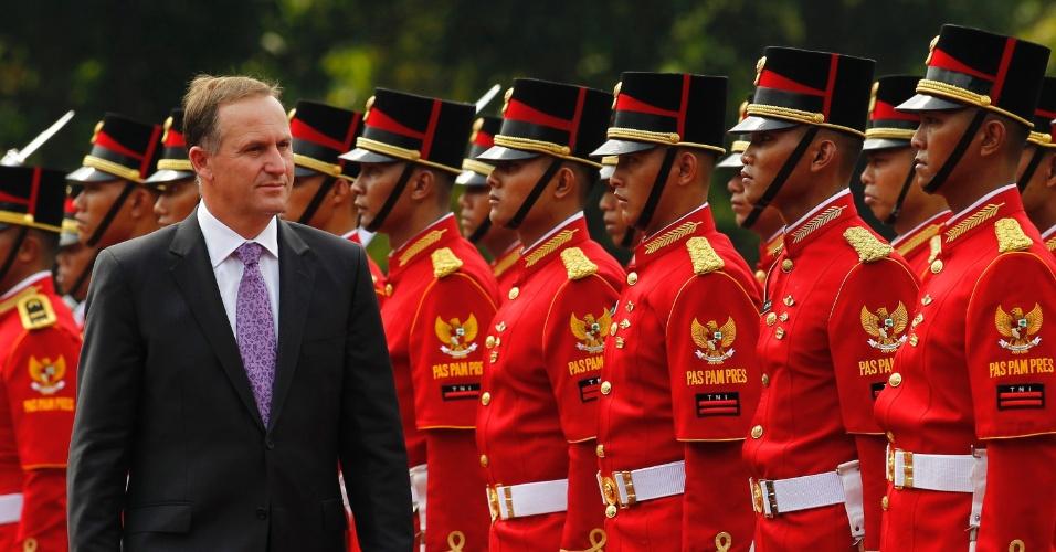 O primeiro-ministro da Nova Zelândia, John Key, inspeciona guarda de honra durante cerimônia no Palácio Merdeka, em Jacarta, na Indonésia