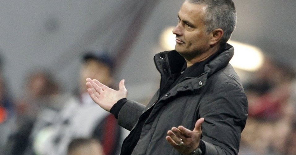 O técnico do Real Madrid, José Mourinho, gesticula para o árbitro Howard Webb