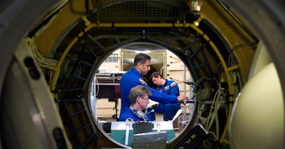 Os astronautas russos Sergey Revin e Genady Padalka e o astronauta americano Joseph Acaba fazem treinamento no centro espacial Cidade das estrelas