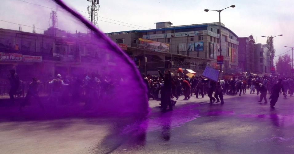Policiais dispersam com água com corante manifestantes em Srimagar, na Índia