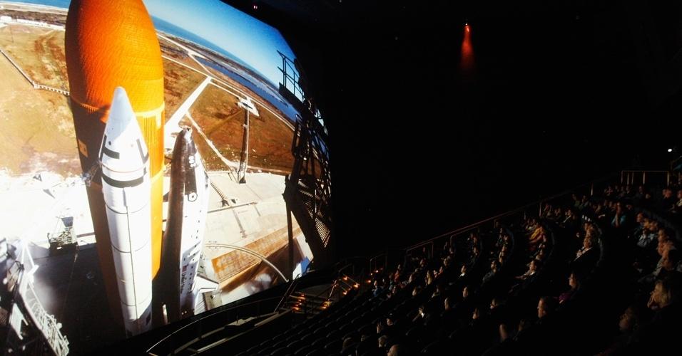 Público assiste 'O sonho está vivo' no cinema Imax. O filme foi composto de imagens feitas por astronautas durante 24 missões espaciais