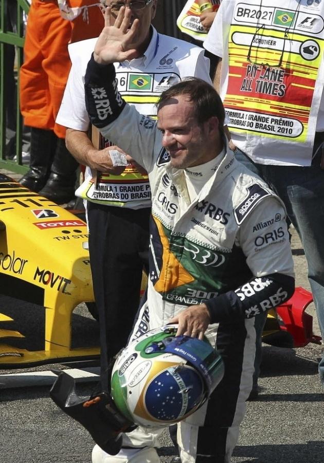 Rubens Barrichello acena após o GP do Brasil de 2010: brasileiro largou em sexto lugar e animou a torcida, mas acabou sem pontuar após ter sido prejudicado por um pneu furado
