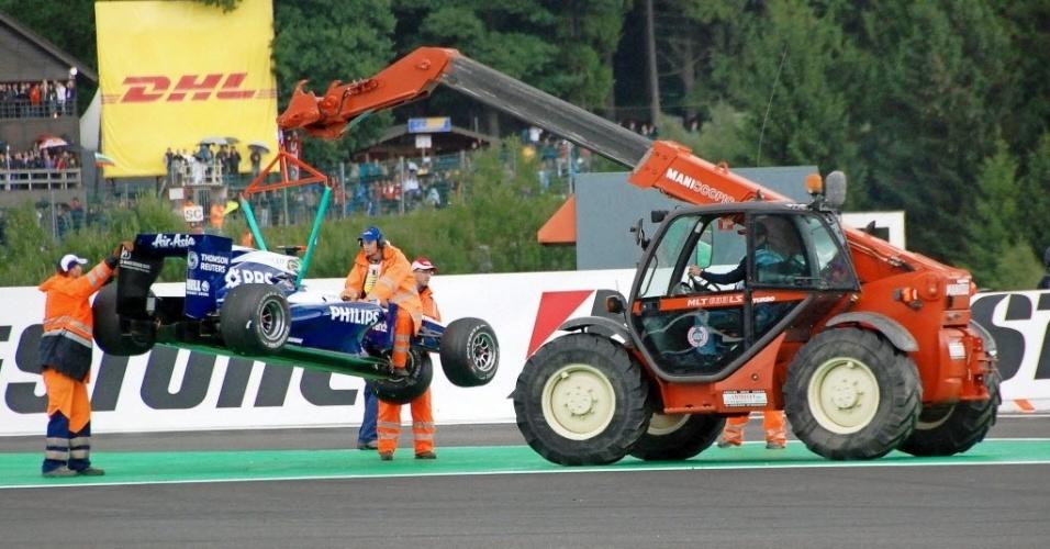 Rubens Barrichello comemorou o recorde de 300 GPs na Bélgica em 2010, mas não chegou a completar a prova histórica; após bater em Alonso, sua Williams saiu içada