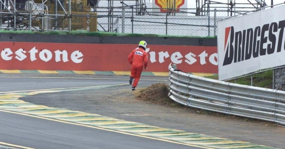 Rubens Barrichello corre a pé para os boxes para pegar o carro reserva antes da largada, após sua Ferrari quebrar em Interlagos no GP do Brasil de 2001