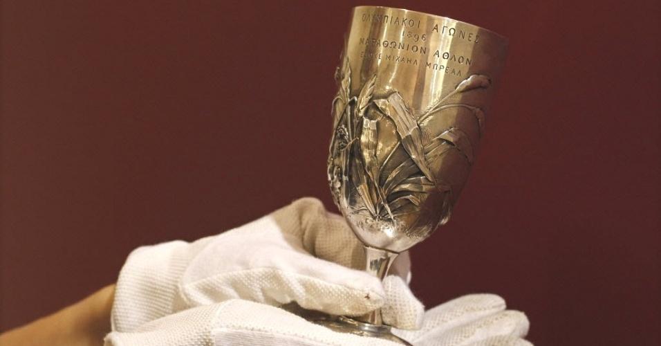 Taça de Prata Breal, primeira dada a um campeão de maratona, em 1896, é exibida em casa de leilão de Londres. A expectativa é que a peça, que será leiloada na quarta-feira (18), seja arrematada por até US$ 255 mil