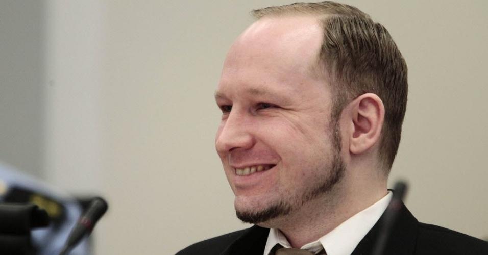 Ultradireitista Anders Breivik, autor confesso do atentado que deixou 77 mortos em 22 de julho de 2011 na Noruega, sorri durante o segundo dia de seu julgamento na corte da capital do país, Oslo. No primeiro dia, segunda-feira (16), Breivik disse que agiu guiado pela bondade e afirmou que mataria de novo