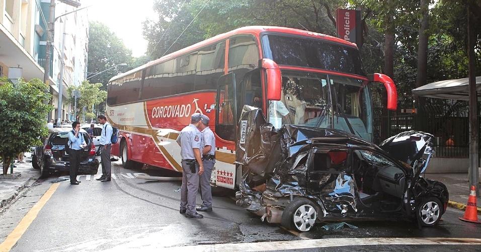 Um acidente envolvendo um ônibus e sete carros bloqueava totalmente uma via que dá acesso à rua Amaral Gurgel, região central de São Paulo, e causava lentidão no trecho
