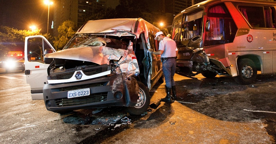 Van e ônibus se envolvem em acidente no cruzamento da rua da Consolação com a rua Rego Freitas, na região central de São Paulo