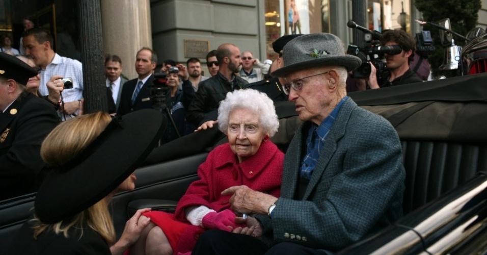 Winnie Hook (esq.), 106, e George Quilici (dir), 107, dois sobreviventes do terremoto que atingiu São Francisco, Califórnia (EUA) em 1906, chegam para jantar anual que homenageia os sobreviventes da tragédia