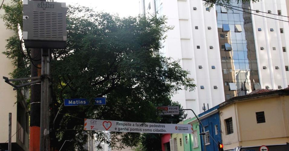 A CET instalou um sistema antiapagão em 50 semáforos da cidade de São Paulo. Segundo a companhia, o mecanismo é o primeiro com no-break, um conjunto de baterias capaz de manter as luzes acesas caso falte energia