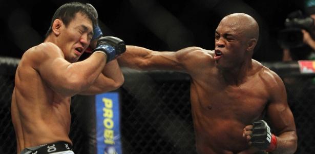 O brasileiro Anderson Silva (à dir.) nocauteou o japonês Yushin Okami no UFC Rio, em agosto de 2011 - Antonio Lacerda/EFE